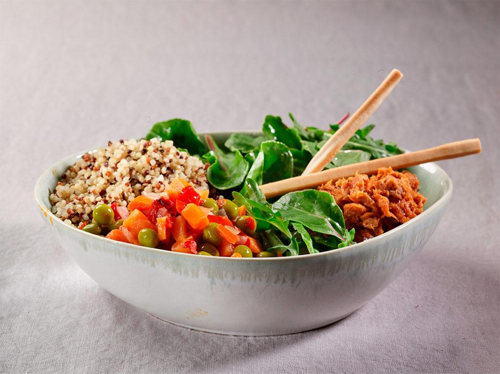 Ensalada mediterránea con atún y salsa de tomate