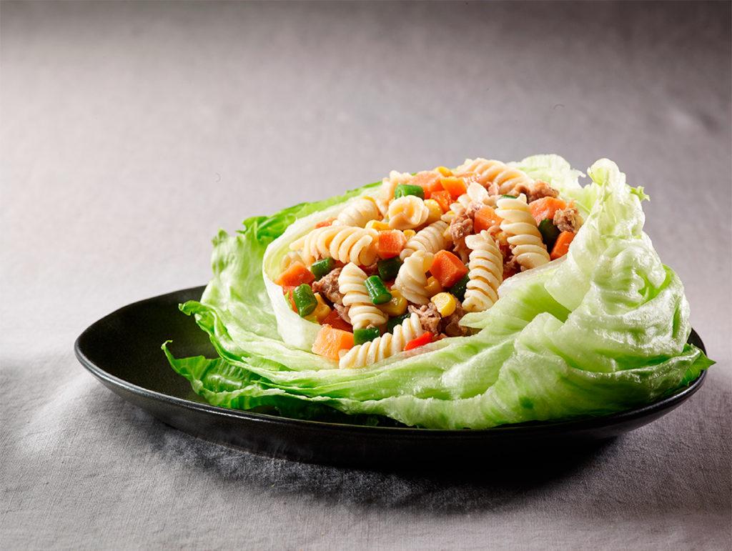 Ensaldada de pasta blanca con vegetales y atún